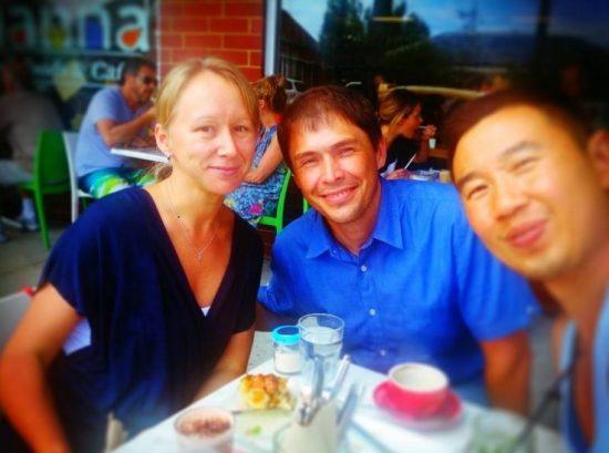 Jon Yau (ngoài cùng bên phải) chụp cùng Sergey Nivens (giữa) và vợ Sergey.